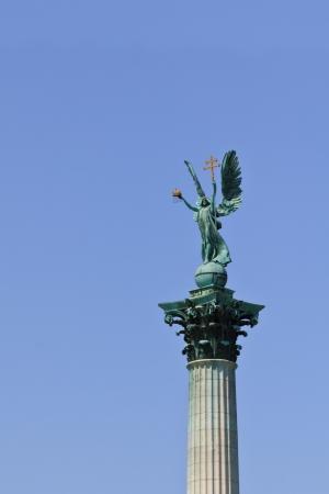 angel de la independencia: Arc�ngel Gabriel en el Monumento del Milenio en Budapest, Hungr�a