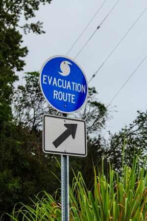 An evacuation route sign next to a road in the US Imagens - 16399195