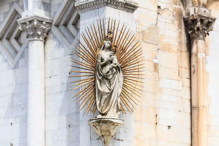aureola: Madonna  Mary sculpture with aureola on the facade of Luccas dome named San Michele in Foro, Italy