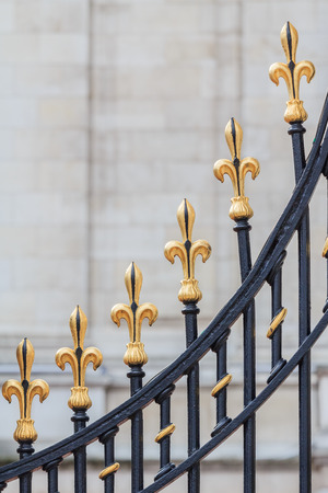 Golden fleur de Lis on the gates of Buckingham Palace, London, UK Imagens