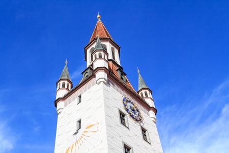 reloj de sol: Campanario hist�rico con reloj de sol en Munich, Alemania