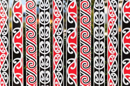 maories: Una cerca adornado con un patr�n t�pico maor� en rojo, blanco y negro en Rotorua, Nueva Zelanda Foto de archivo