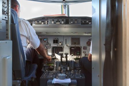 piloto: Una visión en una cabina de un avión con los pilotos después del aterrizaje Foto de archivo