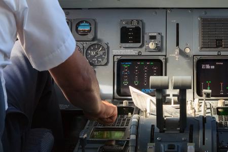 パイロットは、飛行機のコックピットの機器をチェック