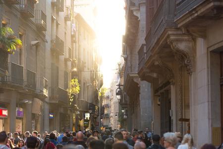 gotico: Una concurrida calle estrecha con el sol y el polvo en el aire en el centro (barrio gótico) de Barcelona, ??España