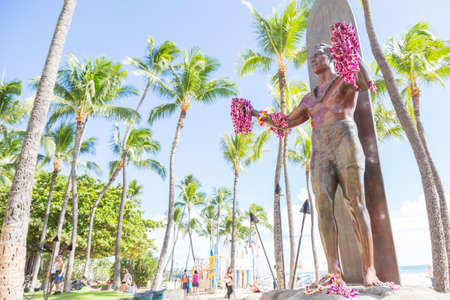 Duke Kahanamoku (surfing legend) statue on Waikiki beach, Honolulu, Hawaii, USA Imagens