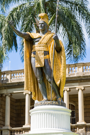 Statue of King Kamehameha in front of Aliiolani Hale in Honolulu, Hawaii, USA Imagens - 90310362