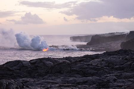 Lava flowing into the sea at Kamokuna on the south coast of Big Island, Hawaii Imagens - 90494434