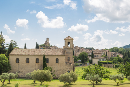 The village of Lourmarin with a small church in front - Provence, France Imagens