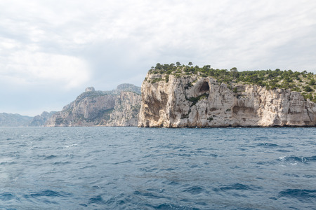 Walls of the famous stone bays (calanques) near Cassis in Provence, France Imagens - 107313176