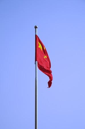 단단한 푸른 하늘에 날개가 퍼덕 거리는 중국 국기 스톡 콘텐츠
