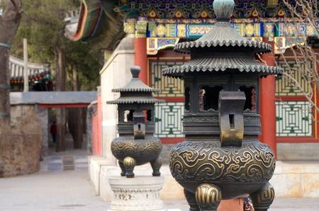北京の頤和園に立っている銅香炉のペア