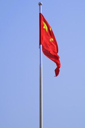 고체 푸른 하늘에 대 한 날개가 퍼덕 거리는 중국의 국기