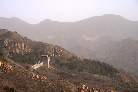 The Great Wall Of China With Mountains In The Background Banco de Imagens