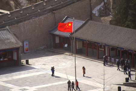 중국의 만리 장성 밖의 중국 국기 에디토리얼