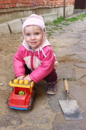 2 to 3 years: Piccolo costruttore piace costruire dalla sabbia Archivio Fotografico