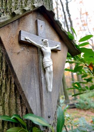 memorial cross: Crucecita wodden con Jesús Cristo Crucificado Foto de archivo
