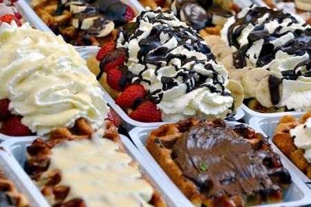 Belgische wafels met aardbeien, slagroom en chocolade Stockfoto