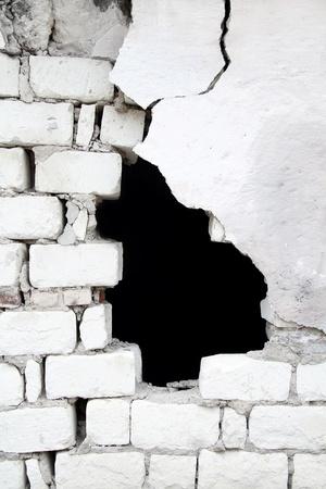 pared rota: Textura roto del antiguo muro de ladrillo con agujero negro en ella Foto de archivo
