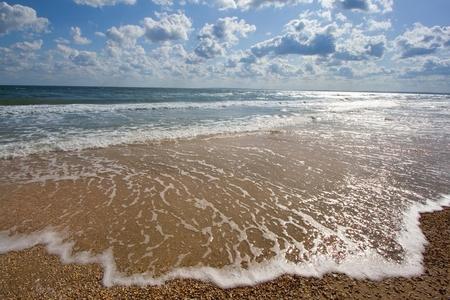 leasure: riva al mare con le onde e nuvole