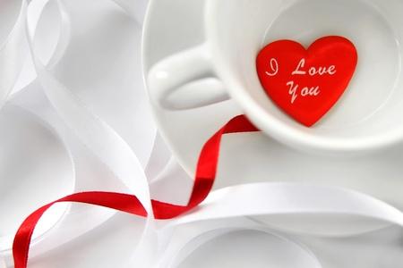 아침: 화이트 리본과 붉은 마음 컵. 소프트 포커스 스톡 사진