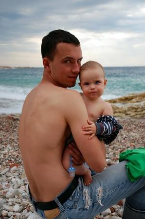 P�re et fils, assis pr�s de mer