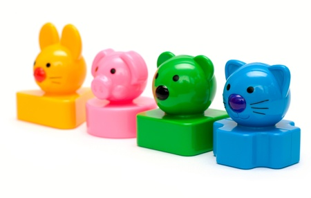 Animaux jouets debout dans une ligne de couleur