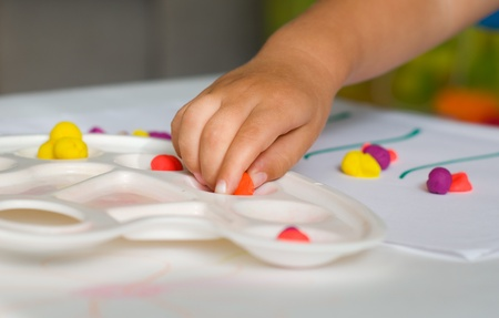 La main de b�b� et la p�te � modeler color�e