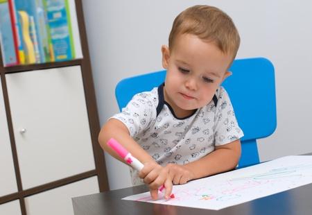 Petit gar�on dessine son premier tableau