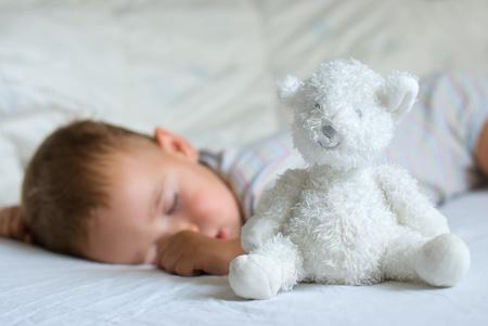 Doux r�ve - ours blanc contre le sommeil petit gar�on Banque d'images