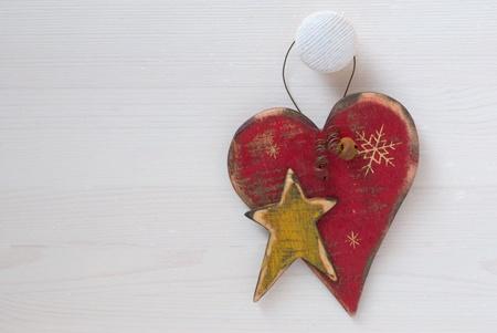D�corations de No�l en forme de coeur sur un fond en bois