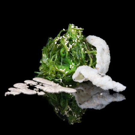 Sesame seaweed salad with rice chips Banque d'images