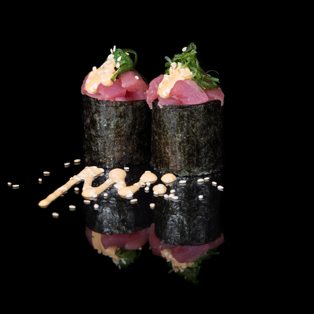 Vertical rolls with tuna and seaweed Banque d'images