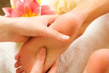 reflexologie plantaire: La femme jouit d'un massage pied dans la cr�ation d'un spa (pr�s sur pieds) Banque d'images
