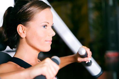 Beautiful Girl arbeitet in einem Fitness-Studio (Gesicht im Profil) Lizenzfreie Bilder