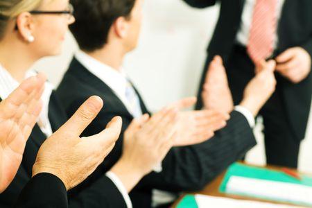Business-Team applaudiert nach einer erfolgreichen Business-Pr�sentation (selektive Fokus nur auf Hand vor!)