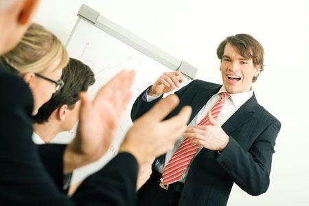 Business Team applaudieren nach einem erfolgreichen Business-Pr�sentation (selektiven Fokus nur auf die Veranstalter!)