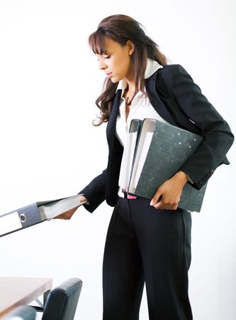 Una mujer de negocios a los archivos, ponerlos sobre la mesa de conferencia  Foto de archivo