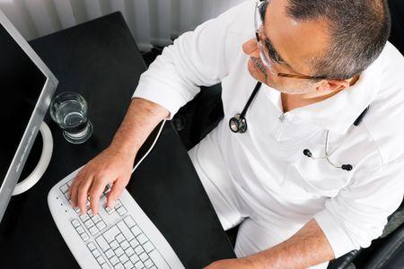 Doctor en medicina, haciendo algunas cosas de Oficina que utiliza su equipo (enfoque en los ojos) Foto de archivo - 6094138