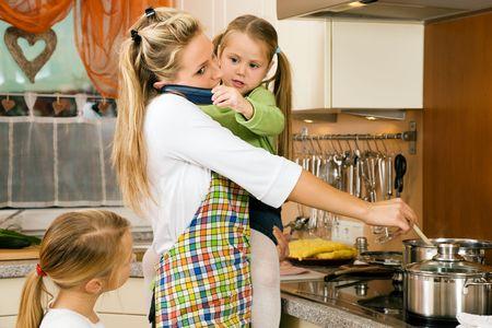estr�s: Madre con hijos teniendo mucho estr�s que hacer los deberes