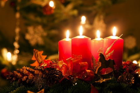 the advent wreath: Corona de Adviento, iluminado por la luz de las velas