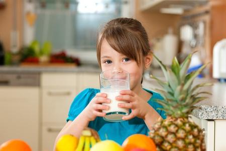 tomando leche: Leche de consumo infantil Foto de archivo