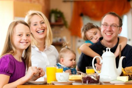 familia comiendo: Familia desayunando Foto de archivo