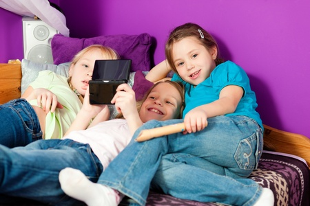 jugando videojuegos: Ni�os jugando videojuegos Foto de archivo
