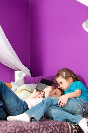 Niños jugando videojuegos Foto de archivo - 9415549