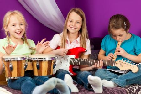 tocando musica: Ni�os haciendo m�sica