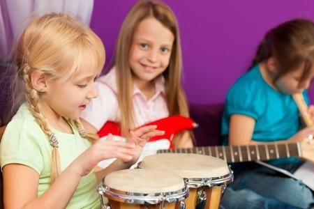 Kinder musizieren Standard-Bild
