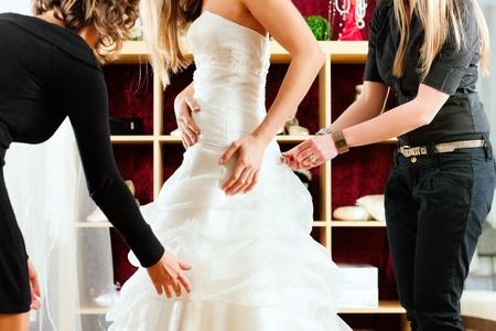 tailor measure: Abiti da sposa presso il negozio di abbigliamento per il matrimonio