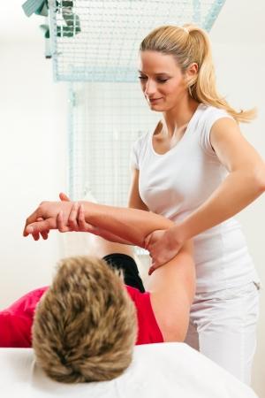 Paciente en la fisioterapia haciendo ejercicios físicos Foto de archivo