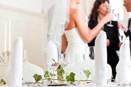 Hochzeit-Tabelle auf eine Hochzeitsfeier dekoriert mit Blumen - im Hintergrund die Braut